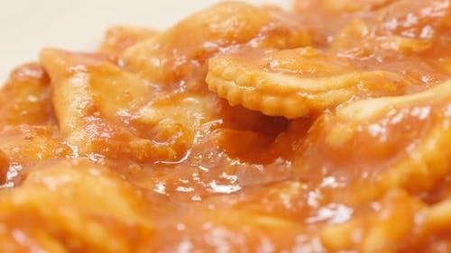 Ravioli von dünnen Pasta Teig mit Fleisch in Tomatensauce langsam kippen Lebensmittel Hintergrund 4K 2160p 30fps Ultra