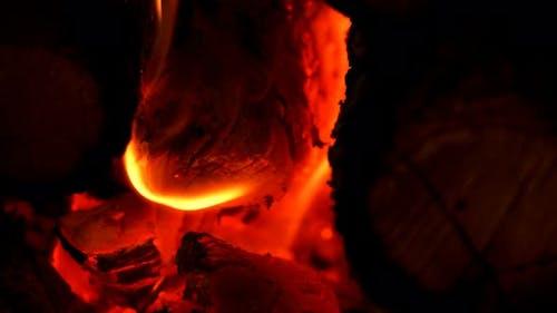 Brennende Holzfeuer im Ofen