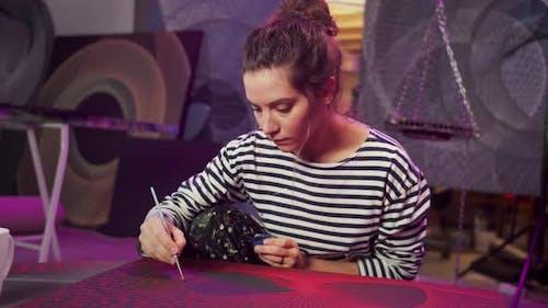 Un artiste dessine une image