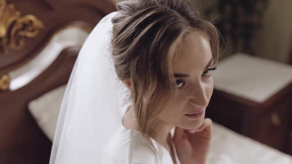 Thumbnail for Schöne und schöne Braut in Nachtkleid und Schleier. Hübsche und gepflegte Frau