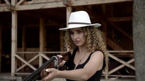 Mädchen schießen mit einer Feuerwaffe