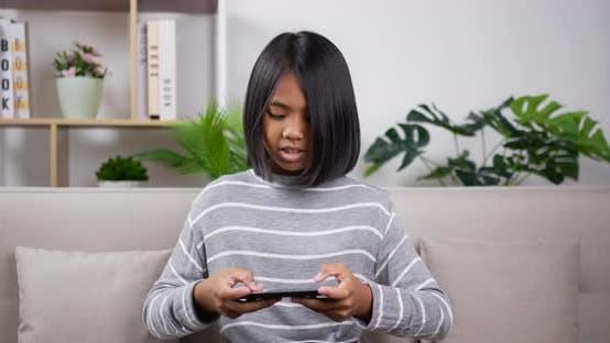 Mädchen spielt Spiel auf dem Smartphone.