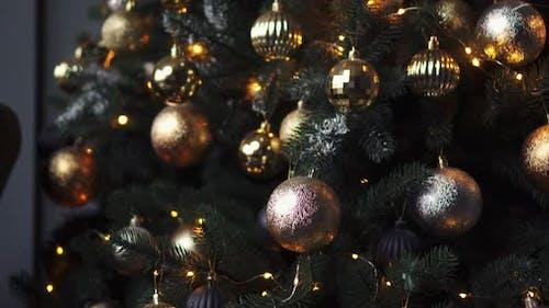 Weihnachtsbaum verziert mit dekorativen Kugeln und Lichtern auf dunklem Hintergrund