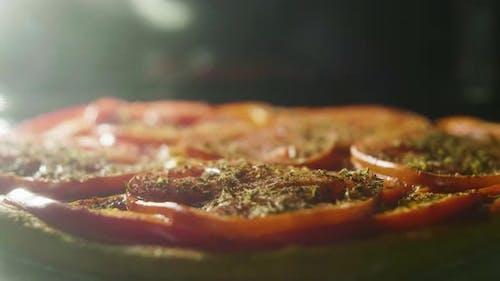Kochen Sie eine Vagen Pizza in einem Ofen, Timelapse