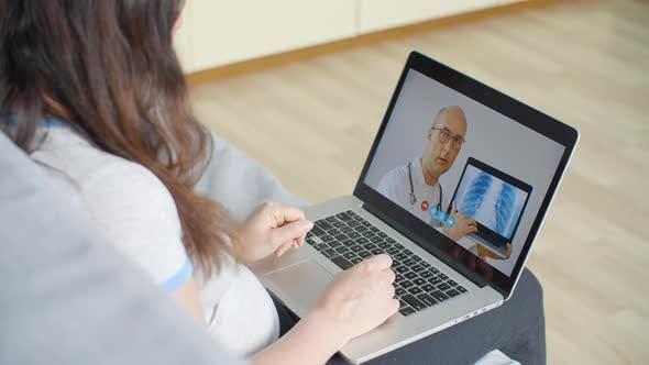 Thumbnail for Praktiker Arzt zeigt Lungen-Röntgenbild während der Online-Beratung auf Laptop-Bildschirm. Weiblich