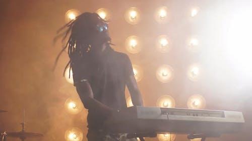 Afrikanische Sängerin mit Synthesizer Unterhaltung die Besucher des Restaurants.