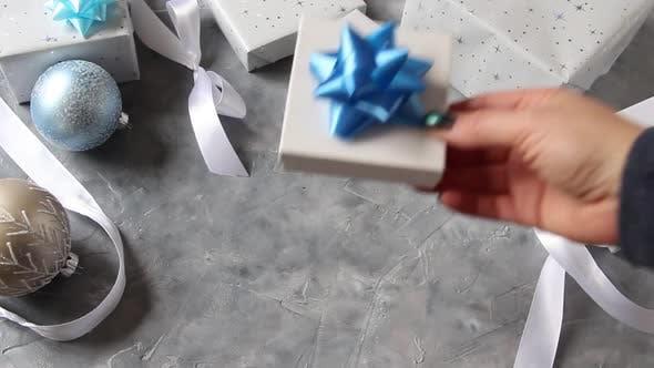 Thumbnail for Hand eingewickeltes Geschenk auf einen Tisch legen