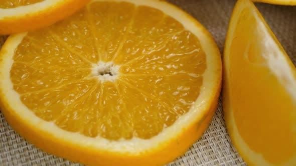 Orangenscheibe auf weißer Tischdecke