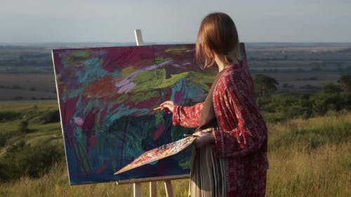 Junge Mädchen-Künstlerin malt Bild In Unverschämtes Mädchen macht Pinselstriche auf der Staffelei