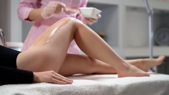 Thumbnail for Kosmetikerin bereitet Frau auf Laser-Haarentfernung im Schönheitssalon vor.