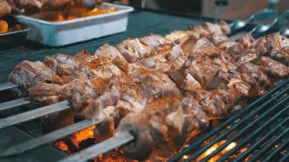 Thumbnail for Shish Kebab gekocht auf dem Grill auf dem Straßenmarkt