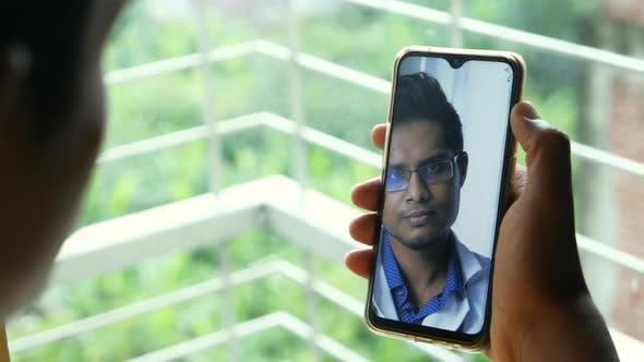 Online-Beratung mit Arzt auf Smart Phone Indoor