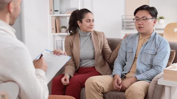 Paar spricht mit Therapeut bei Verabredung