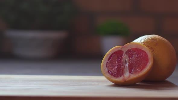 Nahaufnahme von unkenntlich Kid Puts ein Glas mit frischen Zitrus-Grapefruitsaft und Eiswürfeln
