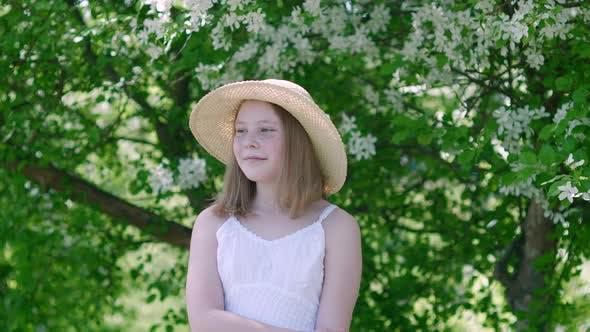 Schöne lächelnde junge Mädchen Blick beiseite in blühenden Garten
