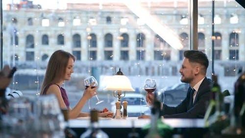 Paar feiert Engagement im Restaurant