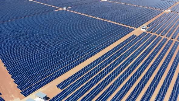 Thumbnail for Luftaufnahme des riesigen Territoriums mit Solarbatterien bedeckt. Solar Power Farm in Nevada, USA