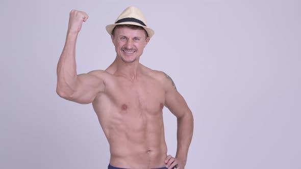 Thumbnail for Glücklicher muskulöser bärtiger Tourist Man mit Fäusten angehoben Shirtless