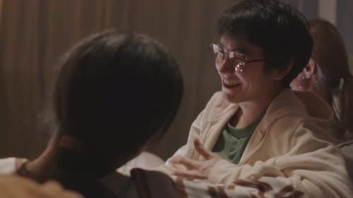 Glücklicher asiatischer Mann spricht mit Freund