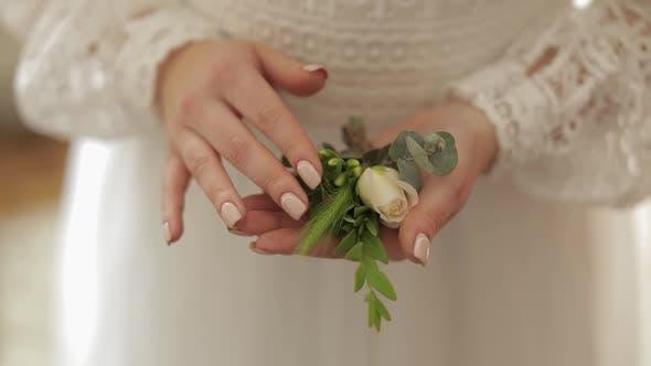 Thumbnail for Schöne, schöne Braut in Hochzeits-Luxus-Kleid. Hochzeitsstrauß in Händen für Bräutigam
