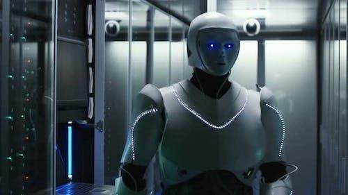Leuchtender Roboter, der im Serverraum des Rechenzentrums arbeitet