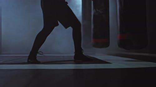 Männliche Kämpferbeine bewegen Sprung auf die Tatami-Praxis
