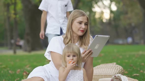 Thumbnail for Ziemlich kaukasische Frau und Ihr zwei Kinder verbringen Zeit im freien
