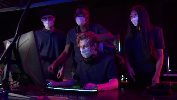 Bei einem Online-Gaming-Turnier spielt während der Covid19-Pandemie ein junger Mann an einem Computer und trägt einen