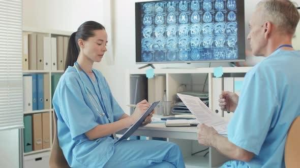 Ärzte diskutieren Diagnose und Röntgenbild