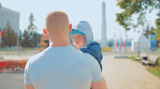 Papa porte le bébé dans ses bras