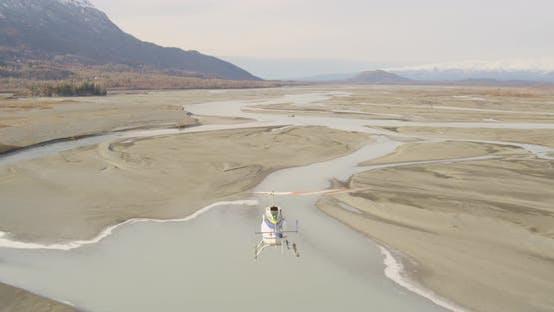 Thumbnail for Blau-gestreifte Doppeldecker fliegen hoch über Vororte, Drohne, Hubschrauberantenne
