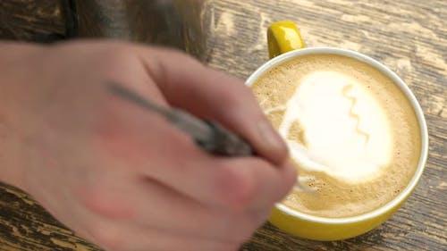 Hand von Barista und Latte.