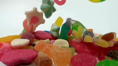 Zeitlupe von fallenden Gelee-Süßigkeiten