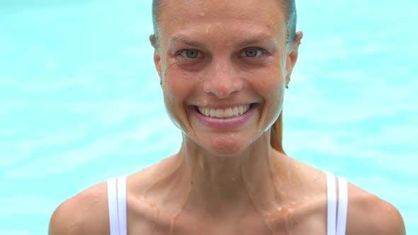 Thumbnail for Gesunde Frau Schwimmen Pool Rand