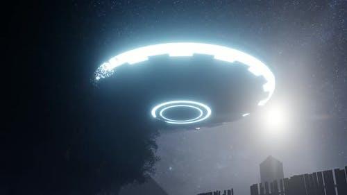 3D Rendern. UFO sprang in den Himmel über einem alten Bauernhof