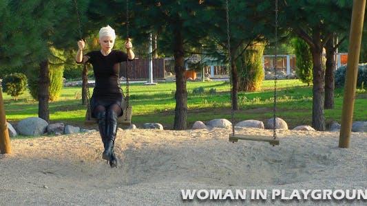 Thumbnail for Frau in der Spielplatz