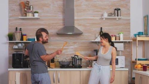 Couple s'amuser dans la cuisine