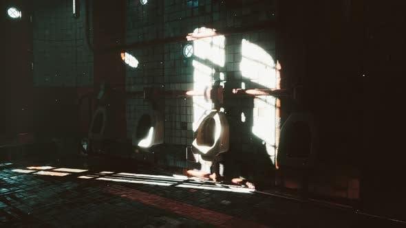 Abantonierte alte öffentliche Toilette mit hellen Lichtern