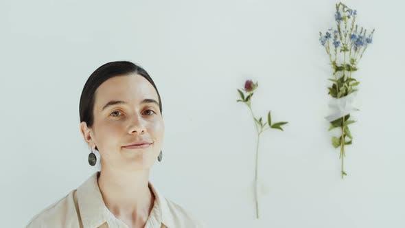 Porträt von natürlich schöne Frau Lächeln bei Kamera im Studio