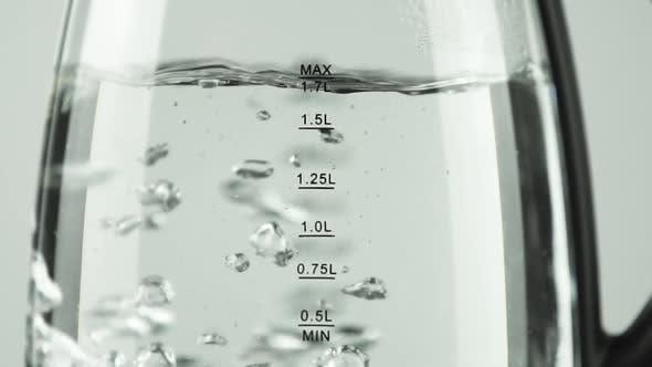 Thumbnail for Wasserkocher mit transparenten Wänden Messskala. Kochendes Wasser. Nahaufnahme