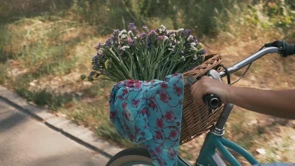 Thumbnail for Strohkorb mit Blumen auf Retro-Bike, Nahaufnahme.