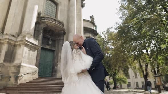 Thumbnail for Jungvermählten im Zentrum der Stadt. Braut und Bräutigam In der Nähe der alten Kirche