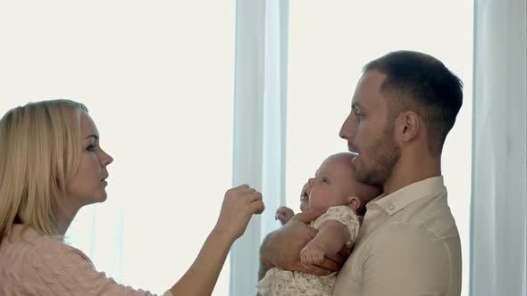 Thumbnail for Eine glückliche Familie mit Kind