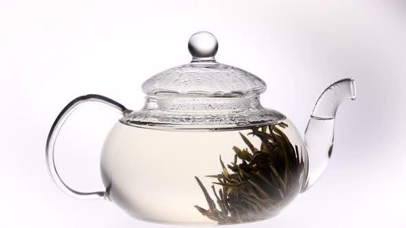 Thumbnail for Zeitraffer. Grüner chinesischer Blumen-Tee wird in Teekanne gebraut