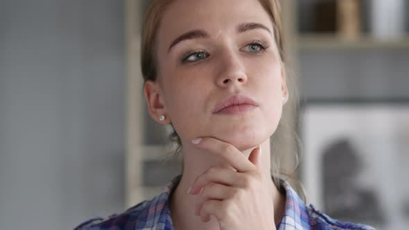 Thumbnail for Porträt des Denkens junge Nachdenkliche Frau