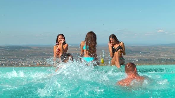 Männer kommen aus dem Wasser und Frauen beobachten sie, Ultra Zeitlupe