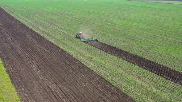 Luftaufnahme Traktor Plows Field