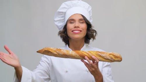 Feliz Chef Femenina con Pan Francés o Baguette