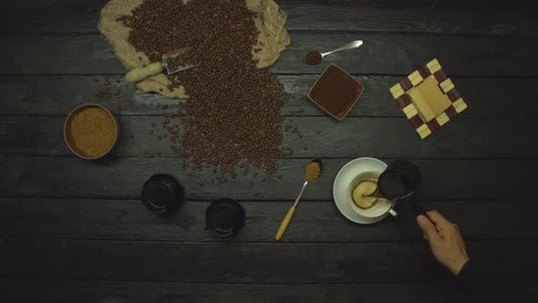 Thumbnail for Kaffee auf schwarzem Holztisch