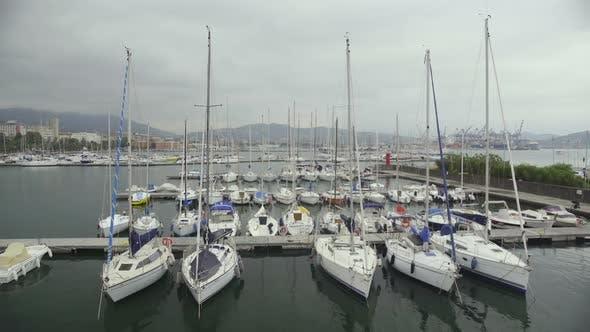 Thumbnail for Private Boote festgemacht am Yacht Club Dock, Schlechtes Wetter zum Segeln in Open Sea